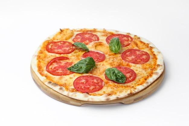 Vista superior de una deliciosa pizza aislado sobre un fondo blanco.