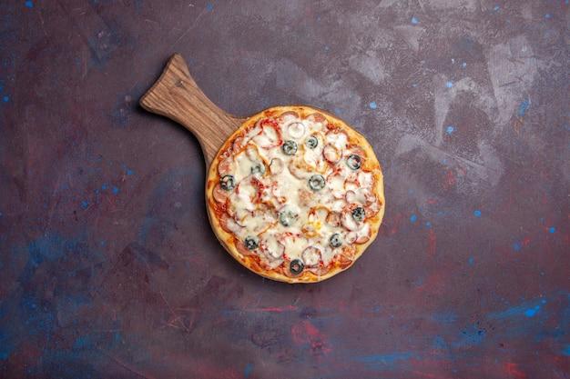 Vista superior deliciosa pizza de champiñones con queso, aceitunas y tomates en el escritorio oscuro, comida italiana, pizza de masa