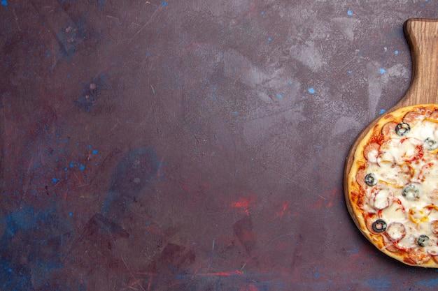 Vista superior de la deliciosa pizza de champiñones con queso, aceitunas y tomates en el piso oscuro, comida italiana, masa de pizza, comida
