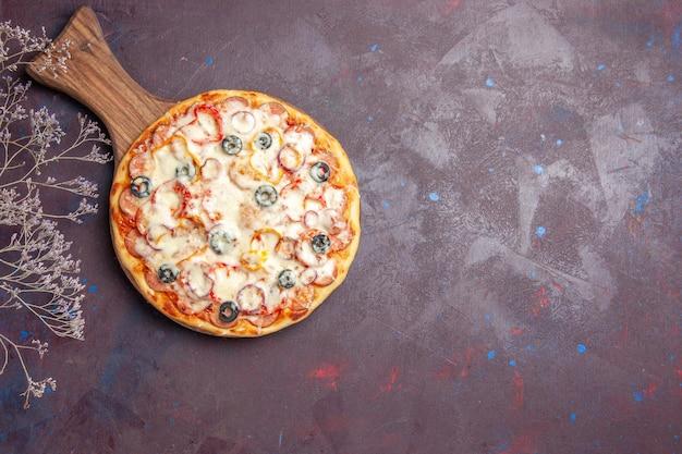 Vista superior deliciosa pizza de champiñones con queso, aceitunas y tomates en la superficie oscura pizza comida de masa de comida de italia