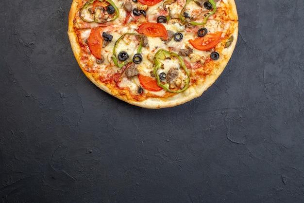 Vista superior deliciosa pizza de queso con aceitunas pimiento y tomates en superficie oscura