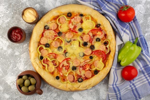 Vista superior deliciosa pizza con queso con aceitunas, salchichas y tomates en el fondo brillante comida de comida de masa italiana de comida rápida