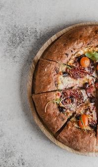 Vista superior de la deliciosa pizza en rodajas