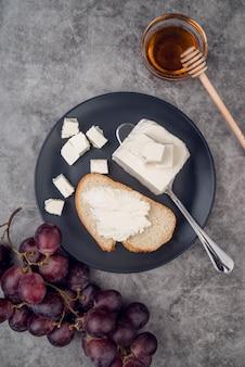 Vista superior deliciosa rebanada de pan con queso y miel
