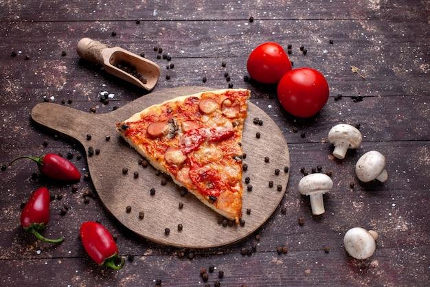 Vista superior de la deliciosa rebanada de pizza con champiñones frescos tomates pimientos rojos en el escritorio marrón, comida comida comida rápida vegetal
