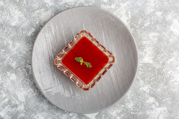 Vista superior de la deliciosa salsa de tomate dentro de la placa gris en la mesa gris sopa comida cena comida vegetal