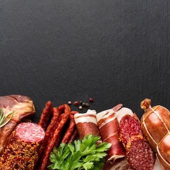 Vista superior deliciosa selección de carne sobre la mesa