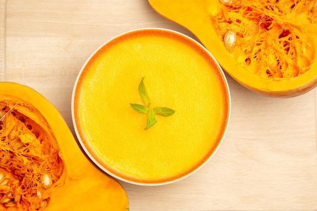 Vista superior de la deliciosa sopa de calabaza en un tazón