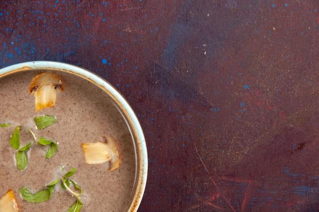 Vista superior deliciosa sopa de champiñones dentro de la placa en el escritorio de color púrpura oscuro