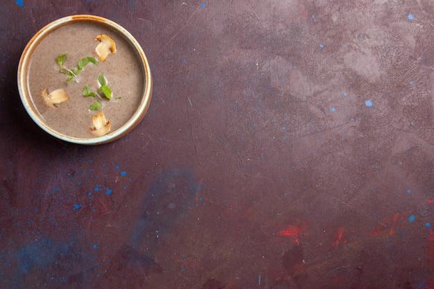 Vista superior deliciosa sopa de champiñones dentro de la placa en el espacio de color púrpura oscuro
