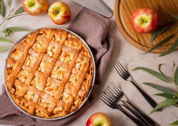Vista superior de la deliciosa tarta de manzana para acción de gracias con tenedores