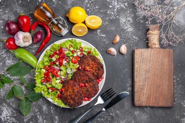 Vista superior deliciosas chuletas de carne con ensalada fresca