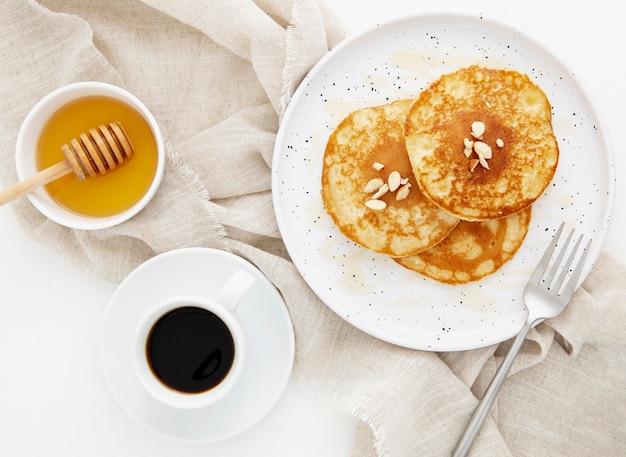 Vista superior deliciosas crepas con café y miel.