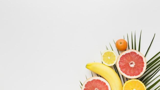 Vista superior de deliciosas frutas con espacio de copia