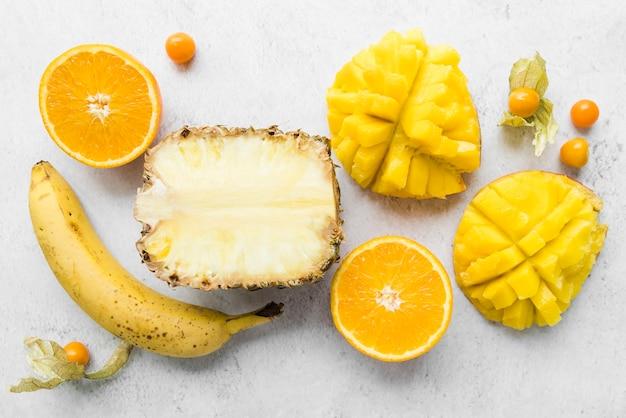Vista superior deliciosas frutas exóticas sobre la mesa