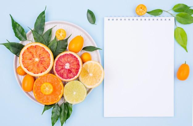 Vista superior deliciosas frutas con notebook