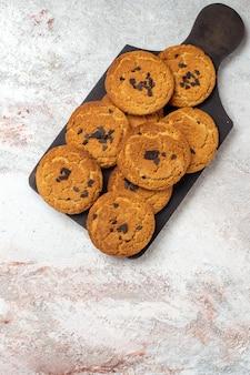 Vista superior de deliciosas galletas de arena, dulces perfectos para el té en la superficie blanca clara