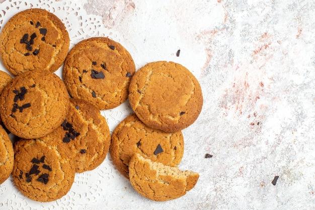 Vista superior de deliciosas galletas de azúcar sobre superficie blanca