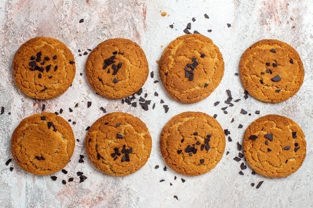Vista superior de deliciosas galletas de azúcar en superficie blanca
