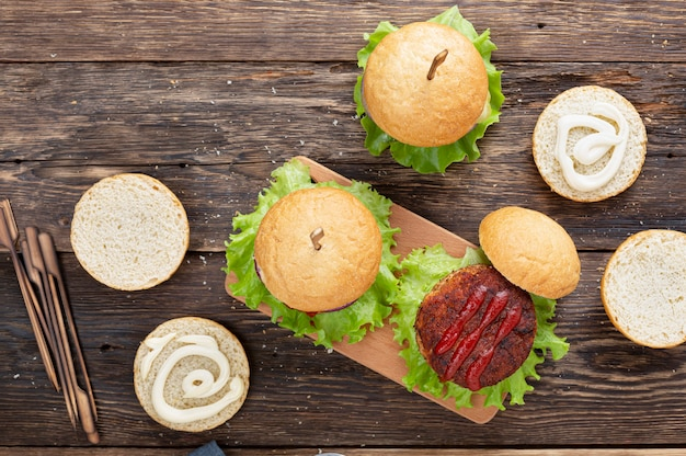 Vista superior deliciosas hamburguesas con chuleta a la parrilla
