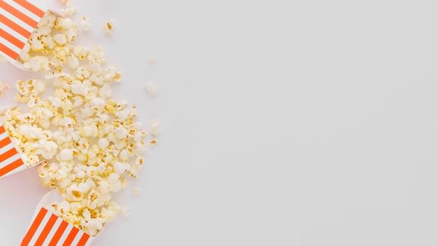 Vista superior deliciosas palomitas de maíz con espacio de copia