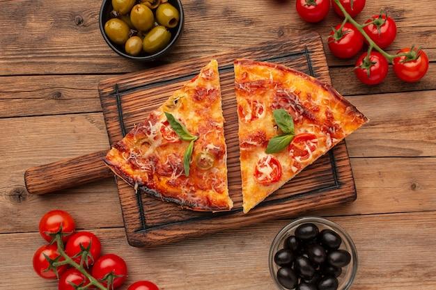 Vista superior deliciosas porciones de pizza