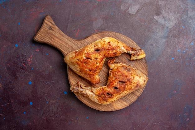 Vista superior deliciosas rodajas de carne cocida de pollo frito en el espacio oscuro