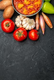 Vista superior deliciosas rodajas de pollo con salsa de tomate y verduras sobre fondo gris oscuro plato de salsa pollo tomate carne
