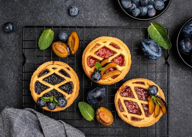 Vista superior de deliciosas tartas con ciruelas