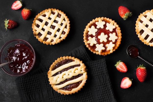 Vista superior deliciosas tartas listas para ser servidas