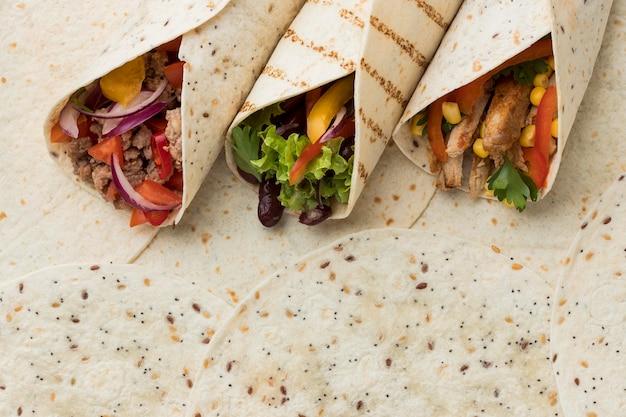 Vista superior deliciosas tortillas envueltas con carne