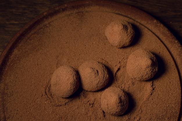 Vista superior deliciosas trufas de chocolate.
