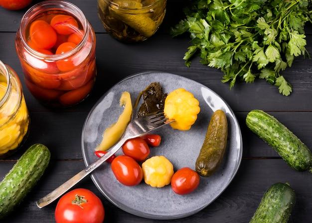Vista superior de deliciosas verduras conservadas