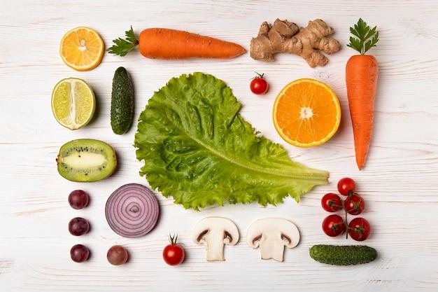 Vista superior de deliciosas verduras y frutas.