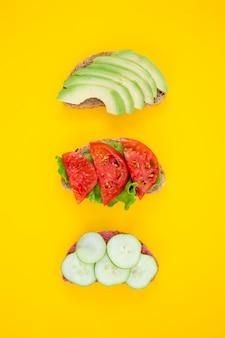 Vista superior de deliciosas verduras en rodajas composición