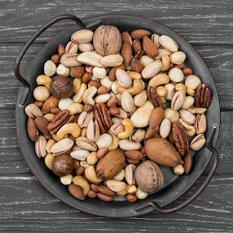 Vista superior delicioso aperitivo de nueces en mesa de madera