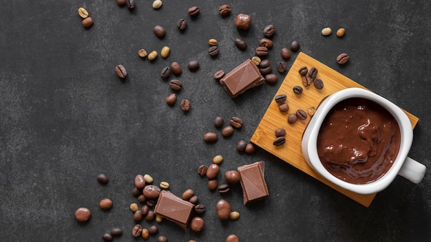 Vista superior delicioso arreglo de chocolate con espacio de copia
