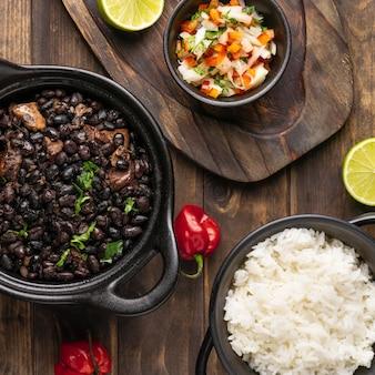 Vista superior del delicioso arreglo de comida brasileña