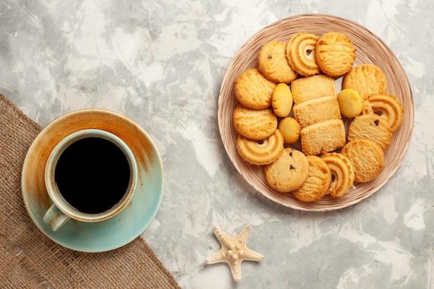 Vista superior del delicioso azúcar con una taza de café en la superficie blanca