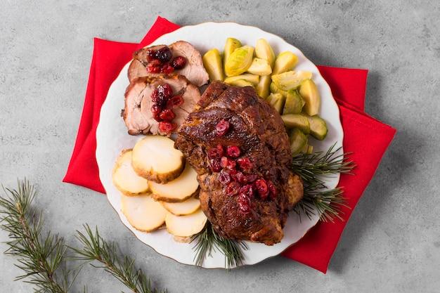 Vista superior del delicioso bistec navideño con verduras