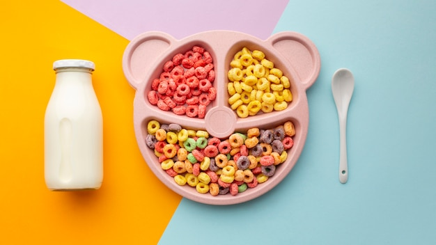 Vista superior delicioso cereal con leche y cuchara