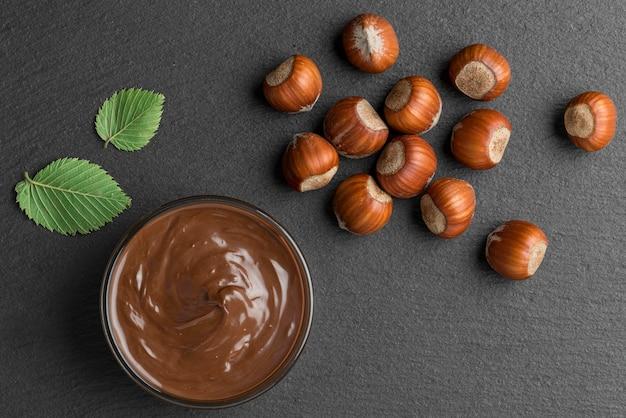 Vista superior del delicioso chocolate con avellanas
