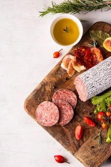 Vista superior del delicioso concepto de salami