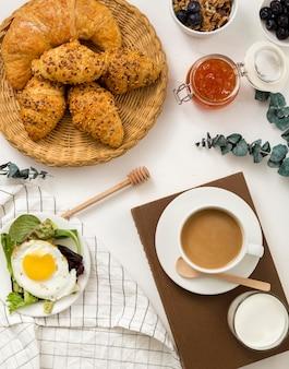 Vista superior delicioso desayuno con cruasanes y café