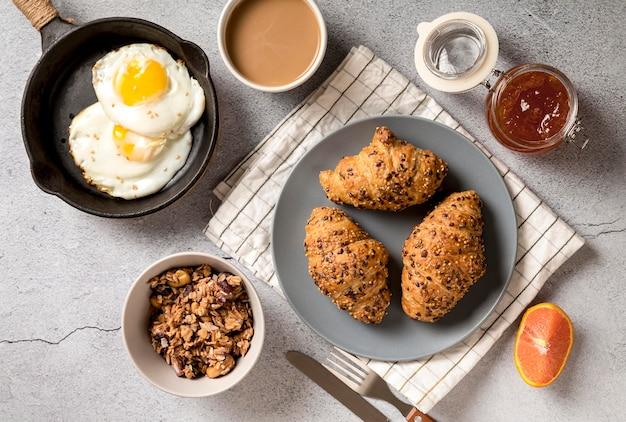 Vista superior delicioso desayuno con cruasanes