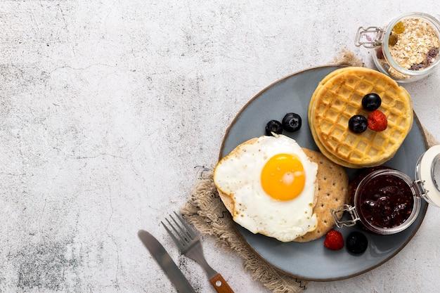 Vista superior delicioso desayuno con espacio de copia