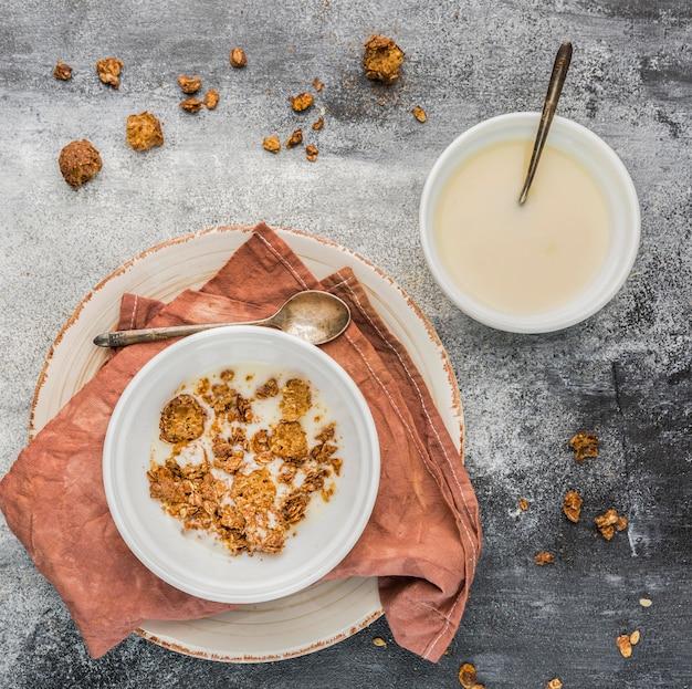 Vista superior delicioso desayuno con granola y leche