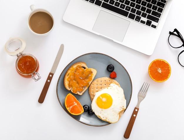 Vista superior delicioso desayuno con huevo