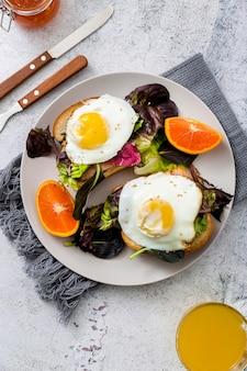 Vista superior delicioso desayuno con lechuga y huevos