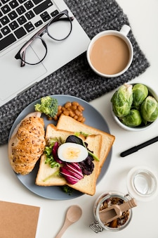 Vista superior delicioso desayuno con tostadas y café